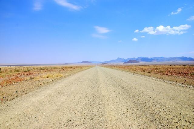 Auto huren Namibië - Verlaten weg, Sossusvlei, Namibie