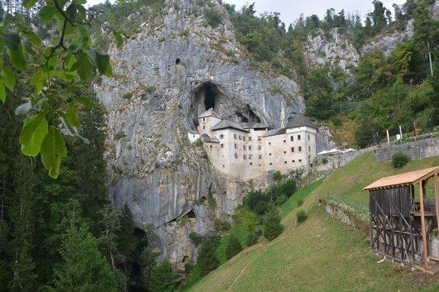 Kasteel van Predjama - 'hangend' in de rotsen - Slovenië